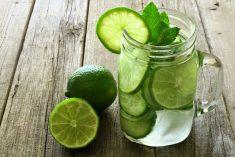 A dieta da água com limão ajuda a eliminar toxinas do organismo, pois a fruta melhora a digestão, acelera o metabolismo e queima mais calorias.