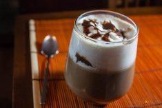 Bebida quentinha de café, chocolate e abóbora com especiarias