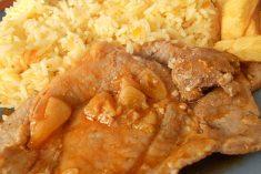 Bifes com alhos e arroz de cenoura