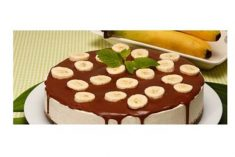 Cheesecake de banana com calda de chocolate