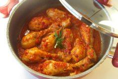 Perninhas de frango no tacho com tomate, alecrim e tomilho