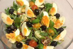 Salada primavera com molho de iogurte