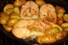 Salmão no forno com batatinhas