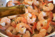 Aprenda a receita de Camarões ao alhinho com vinho branco uma delicia