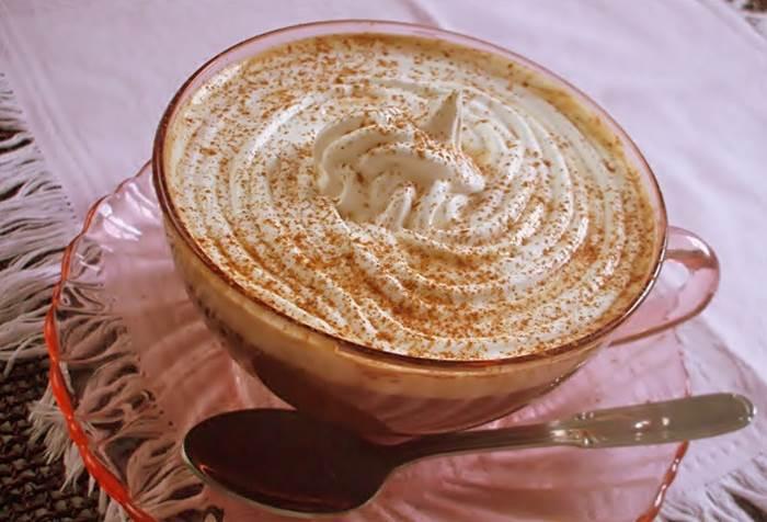 Café com leite e natas, aromatizado com canela e açúcar demarara