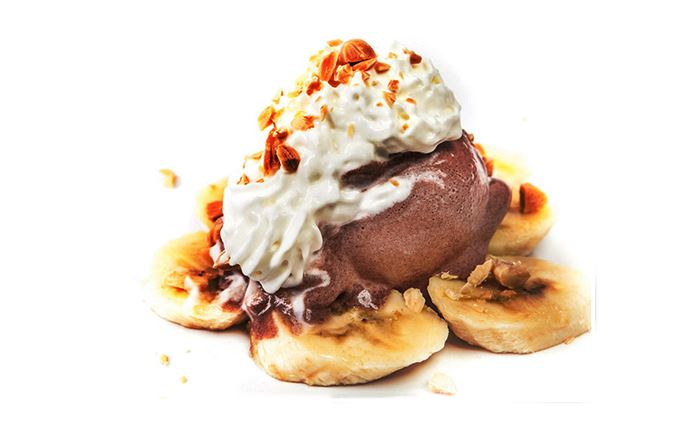 BANANA, GELADO DE CHOCOLATE E CHANTILLY