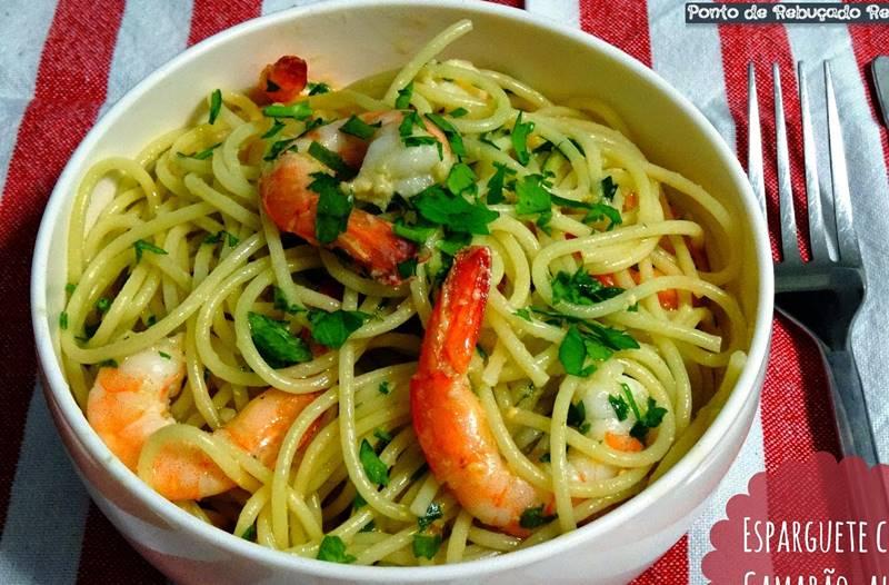 Esparguete com camarão, alho e coentros